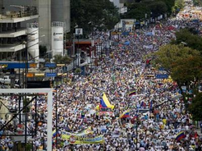 Venezuelan supporters tell British publication 'The Guardian' why they're protesting against the government. (Photo Credit: www.dajle.com)