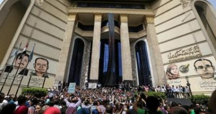 Journalists protest against restriction on the press and to demand the release of detained journalists, in front of the Press Syndicate in Cairo, Egypt May 4, 2016. REUTERS/Staff